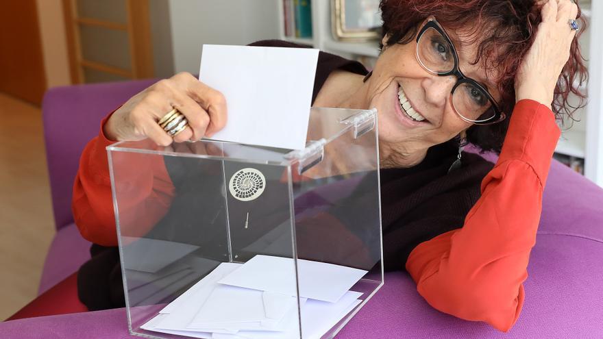 La periodista y escritora Maruja Torres, en su casa