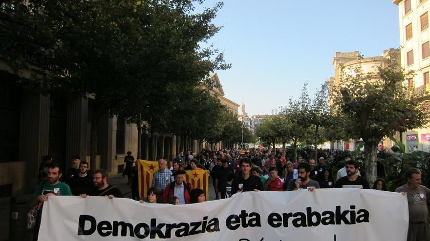 """Una manifestación en Pamplona muestra su """"solidaridad"""" con Cataluña y reivindica el referéndum del 1-O"""