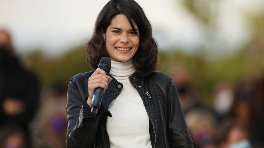 La 'número 2' del partido para las elecciones a la Asamblea de Madrid, Isa Serra interviene durante el acto de cierre de campaña del partido en el anfiteatro Lourdes y Mariano del parque de la Cuña Verde de Vicálvaro, a 2 de mayo de 2021, en Madrid (Españ