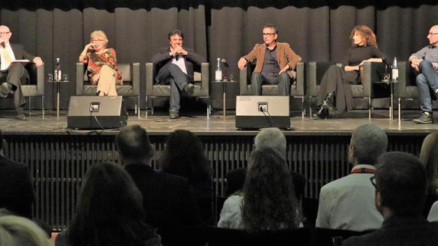 Los escritores valencianos durante el acto en el Instituto Cervantes en Frankfurt. De izquierda a derecha, el presentador, Manolo Gil, Isabel-Clara Simó, Martí Domínguez, Manuel Baixauli, Anna Moner y Vicent Usó.