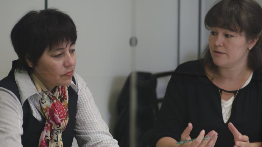 Nadejda Atayeva, junto a la intérprete en un momento de la entrevista con eldiario.es \ Foto: Alejandro Navarro Bustamante