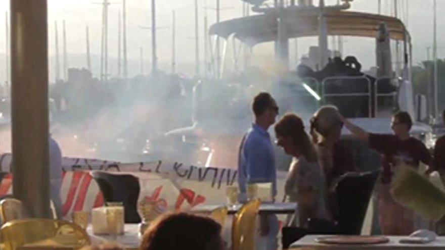 Arran realiza una acción de protesta contra el turismo en el puerto de Palma