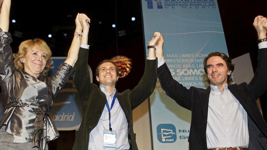 LAS ROZAS (MADRID), 22/11/08.- La presidenta de la Comunidad de Madrid, Esperanza Aguirre (i), el presidente de las Nuevas Generaciones del Partido Popular, Pablo Casado (c), y el ex presidente del gobierno José María Aznar saludan esta tarde en el Congreso de las Nuevas Generaciones del PP, celebrado en la localidad madrileña de Las Rozas.EFE/Juan Carlos Hidalgo