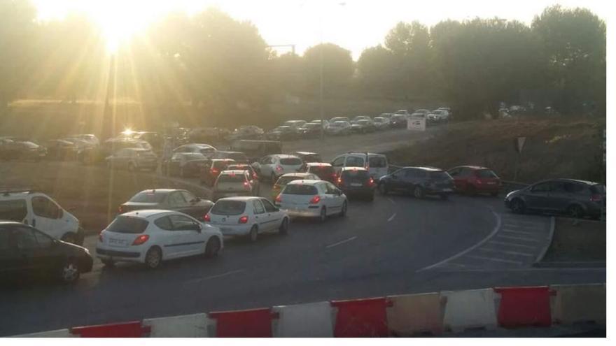 Tráfico en los accesos a Palmas Altas.