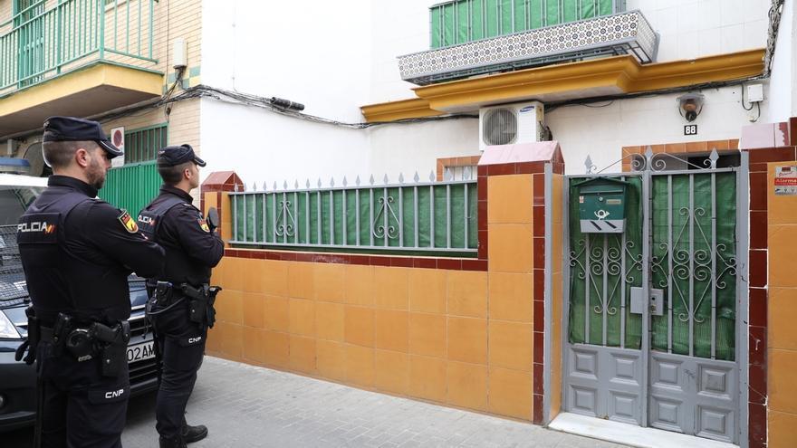 La Policía requisa documentación y equipos informáticos de la casa del yihadista detenido en Sevilla