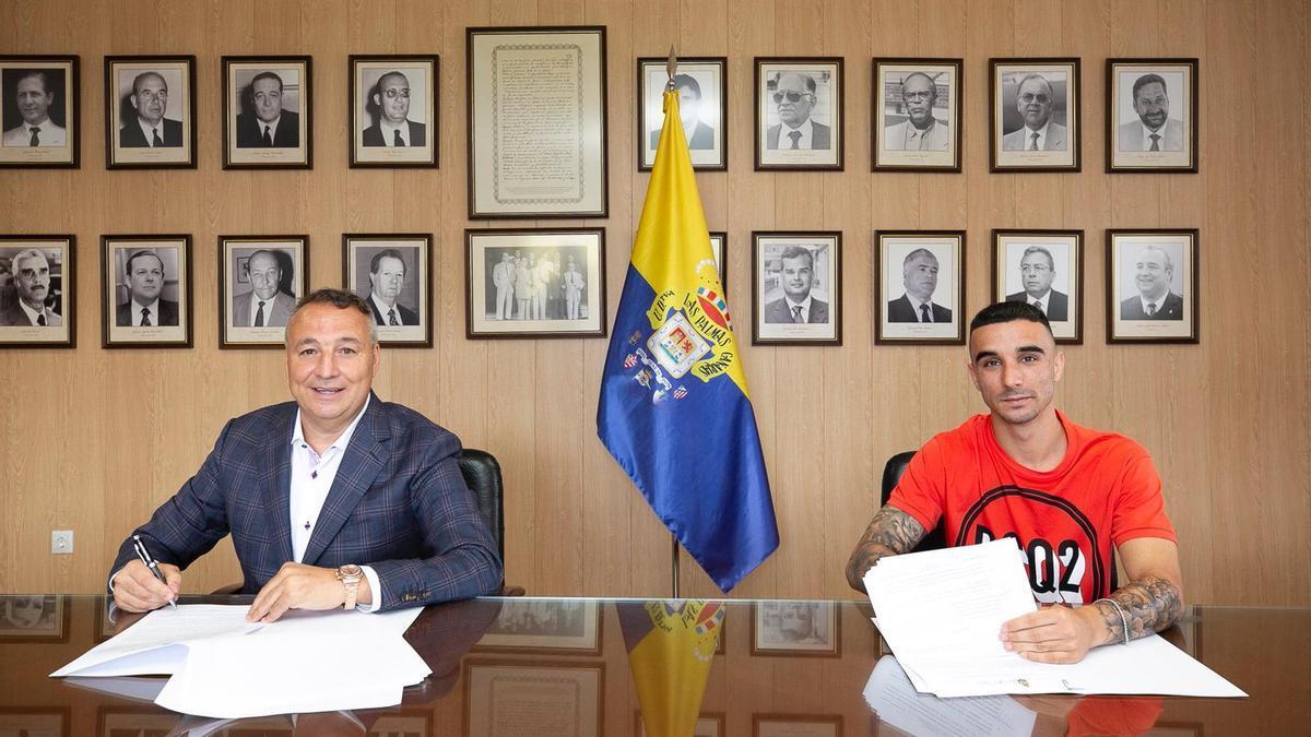 El presidente Miguel Ángel Ramírez y Rober en el momento de la firma del contrato.