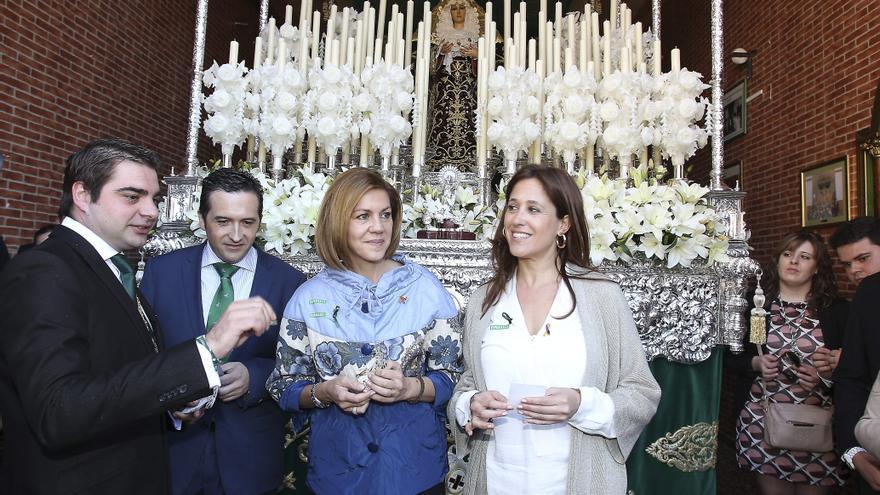 ESPAÑA CLM SEMANA SANTA:GRA139 CIUDAD REAL, 31/03/2015.- La presidenta de Castilla-La Mancha, María Dolores de Cospedal (2d), acompañada de la alcaldesa de Ciudad Real, Rosa Romero, y por el delegado de la Junta en Ciudad Real, Antonio Lucas-Torres (i), ha expresado hoy su devoción por Jesús de Medinaceli y su admiración por la Virgen de la Esperanza (en la imagen) durante la visita que ha realizado a los pasos de ambas hermandades, que tienen su sede en el popular barrio del Pilar de Ciudad Real. EFE/Mariano Cieza Moreno