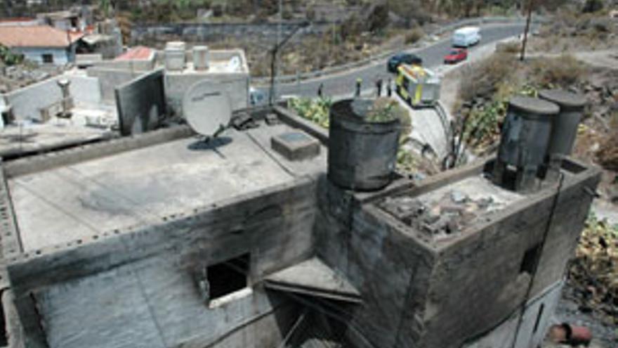 Efectos del fuego sobre una vivienda de Mogán, tras el incendio que asoló esta zona de Gran Canaria en 2007.