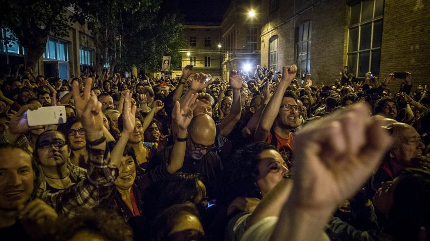Centenares de personas han celebrado la victoria de Colau en los alrededores de Fabra i Coats / ENRIC CATALÀ