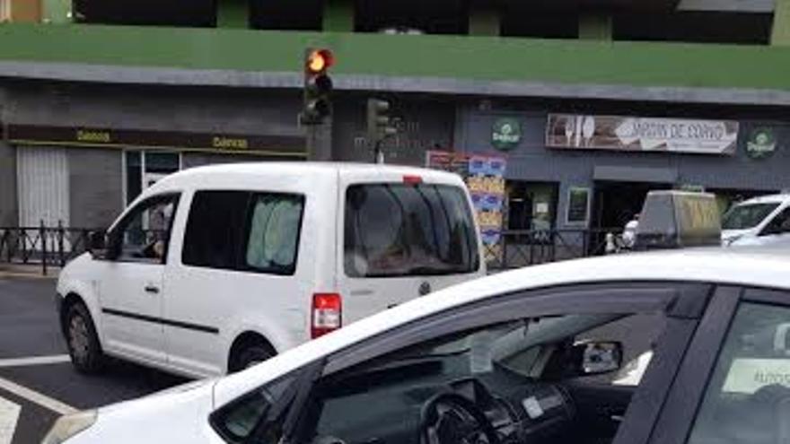 El taxi de Expedito Suárez tras haber sido embestido.