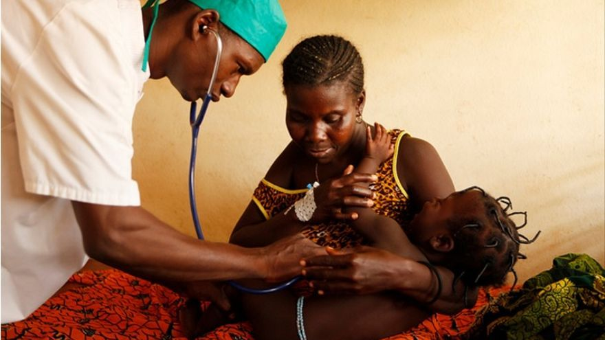 Un trabajador sanitario examina a un niño en l'Auberge de l'Amour Rédempteur, Benin. Imagen: The Global Fund / John Rae