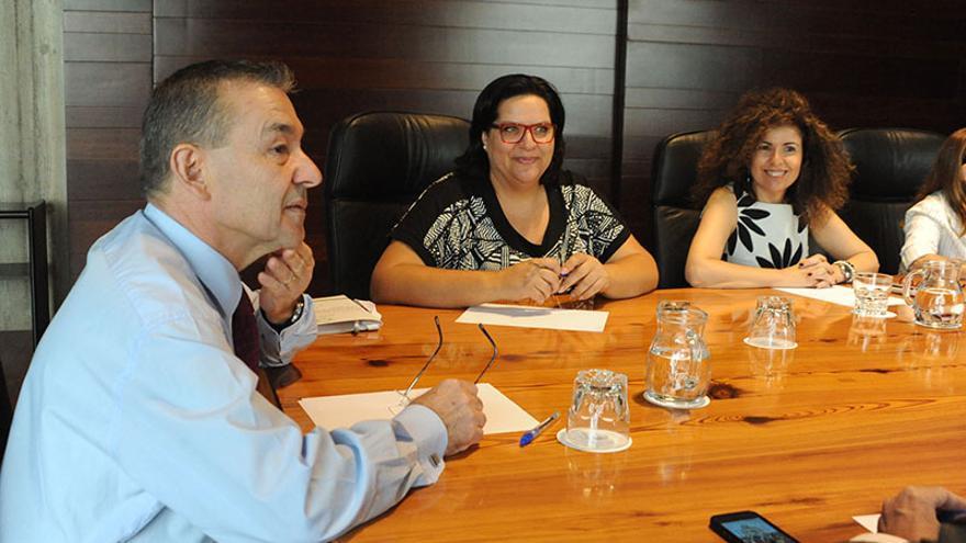 El presidente canario, Paulino Rivero, se reúne con representantes de partidos políticos y colectivos sociales para abordar diversos asuntos relacionados con las prospecciones petrolíferas.