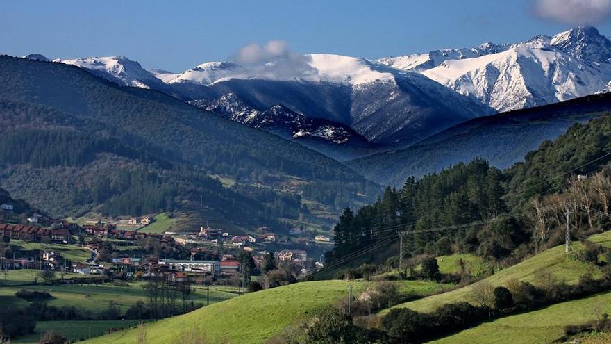 Vista panorámica del valle de Liébana con los Picos de Europa al fondo.