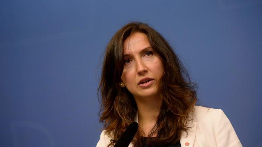 La ministra de Educación Secundaria y para Adultos sueca, Aida Hadzialic, hoy en rueda de prensa en Estocolmo. EFE