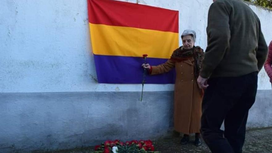 Acto homenaje  celebrado en el cementerio municipal de Calera de León