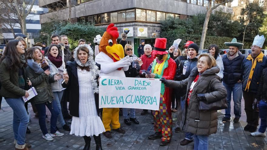 Miembros de Provida Madrid y Derecho a Vivir, en una protesta frente a una clínica madrileña