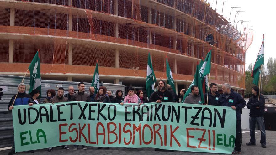 Miembros del sindicato ELA se manifiestan frente a las obras de construcción del nuevo Ayuntamiento.