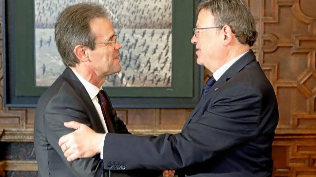 El president de la Generalitat Valenciana, Ximo Puig, amb el president de CaixaBank, Jordi Gual.