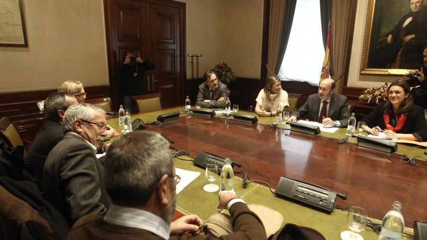 Rubalcaba y los sindicatos intercambian hoy sus propuestas para salir de la crisis