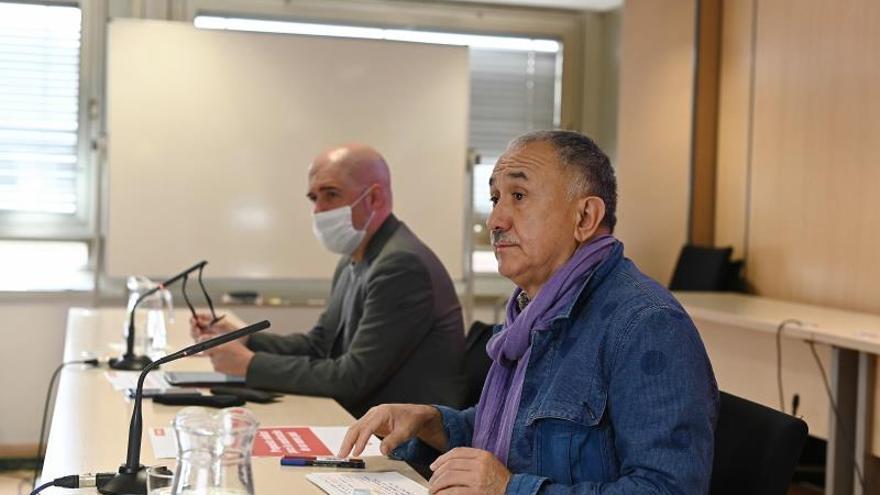 os secretarios generales de CCOO, Unai Sordo (i), y UGT, Pepe Álvarez (d), este jueves.