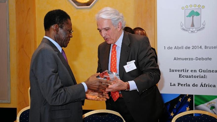 El presidente de la Cámara de Comercio de España en Bélgica, Juan Rodríguez-Villa, entrega un obsequio al dictador Teodoro Obiang en abril de 2014. Foto: Cámara de Comercio de España en Belux