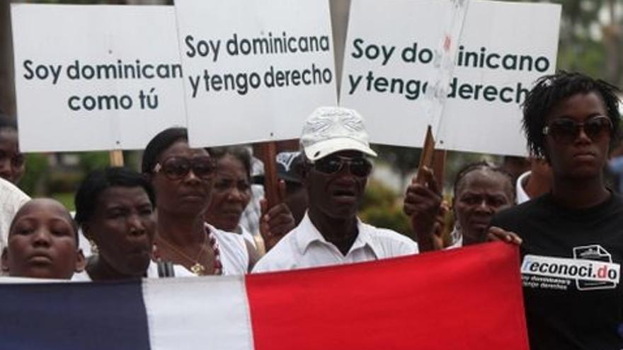 Manifestantes dominicanos de origen haitiano protestan contra la sentencia que les arrebata su nacionalidad (Efe)