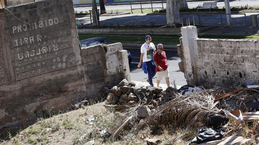 Solar convertido en lugar de acumulación de basuras, en plena avenida Príncipes de España