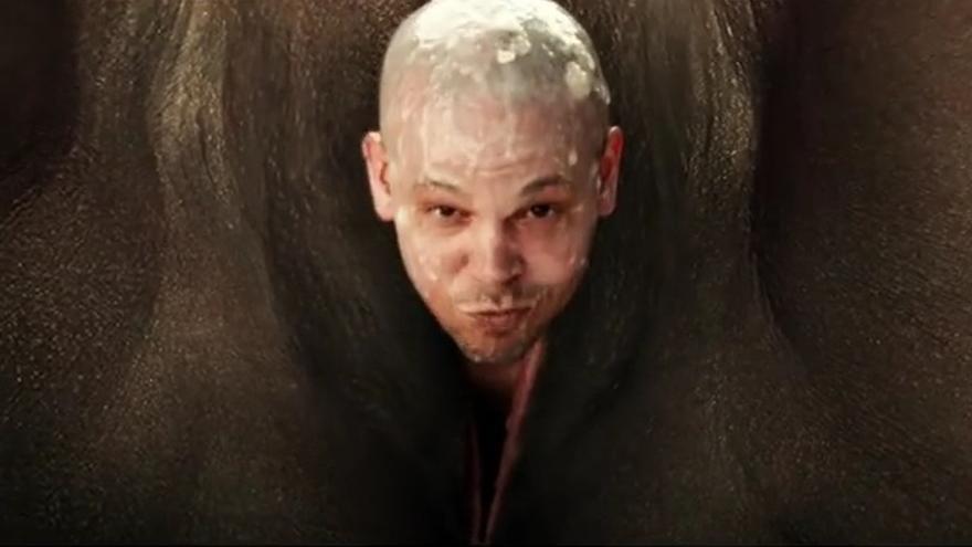"""René Pérez, Residente, saliendo de una vagina de una mujer de color en el videoclip """"Somos anormales"""""""
