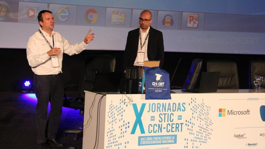 """Juan Luis García y Diego Cordero han demostrado que Siri y """"Ok Google""""  obedecen comandos de voz alterados"""