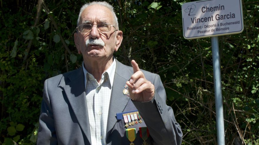 Vicente García junto a la placa de la calle inaugurada en su honor