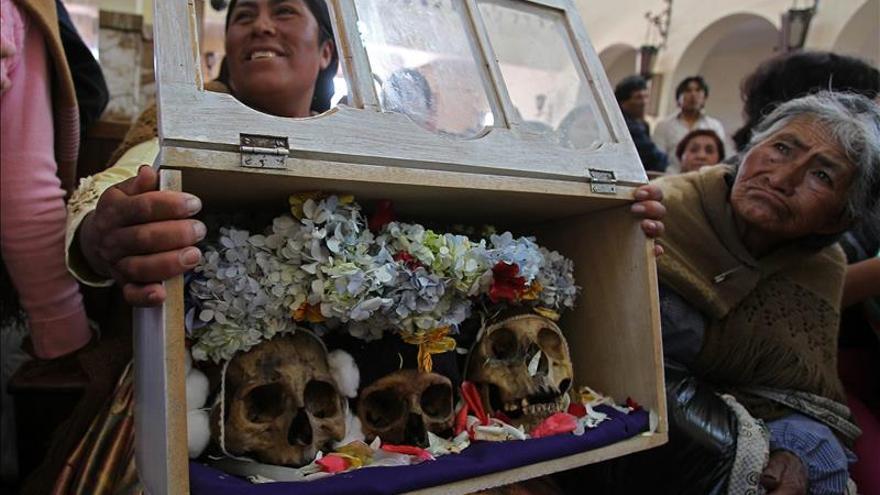 La fe en las calaveras y la fe cristiana se mezclan sin problemas en Bolivia