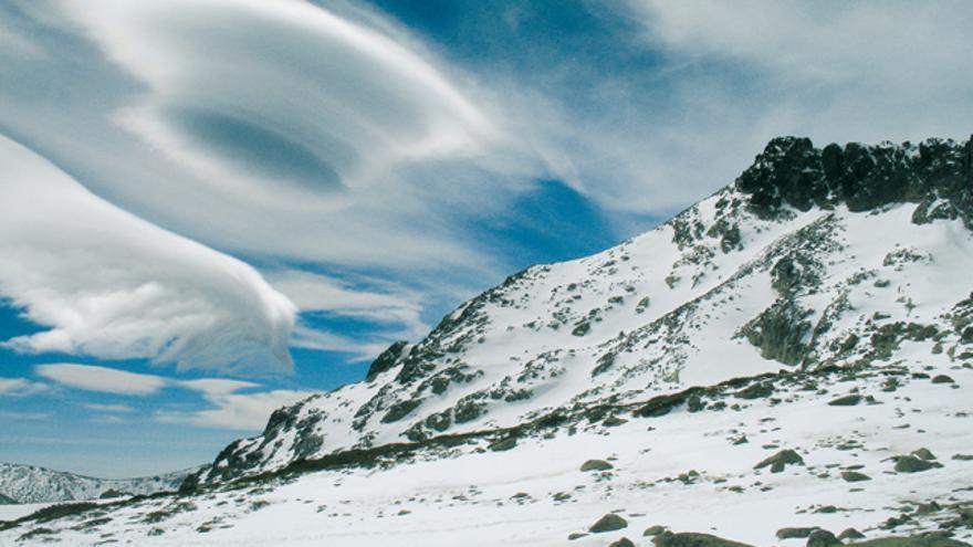 Altocúmulos lenticularis indicándonos viento fuerte en altura (Peñalara).