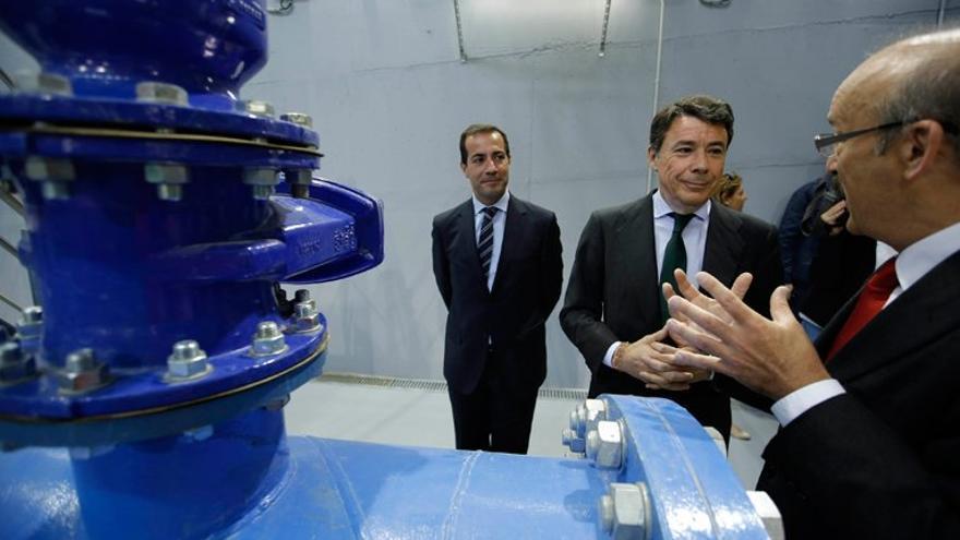 Ignacio González, presidente de la Comunidad de Madrid, y Salvador Victoria, presidente de Canal de Isabel II Gestión, en una de las instalaciones de la empresa.