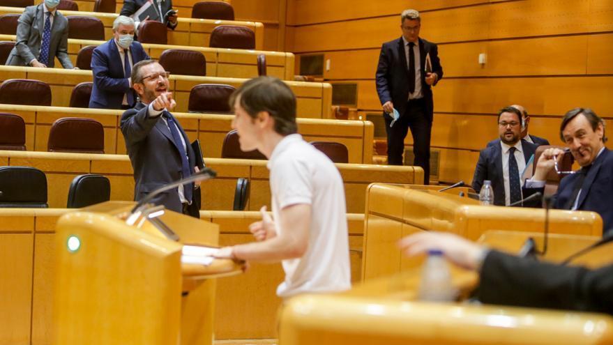 Javier Maroto señala al portavoz de Más Madrid, Eduardo Fernández Rubiño, mientras abandona el Senado con el resto de la bancada del PP