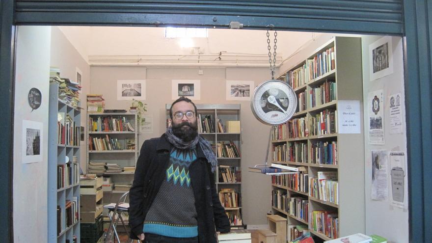 Miguel Marzo en 'La Palabrería', su puesto de libros al peso en el Mercado de La Corredera de Córdoba.