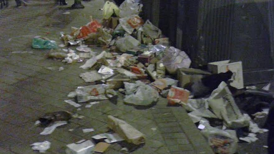 Basura esparcida por las calles. Madrid.