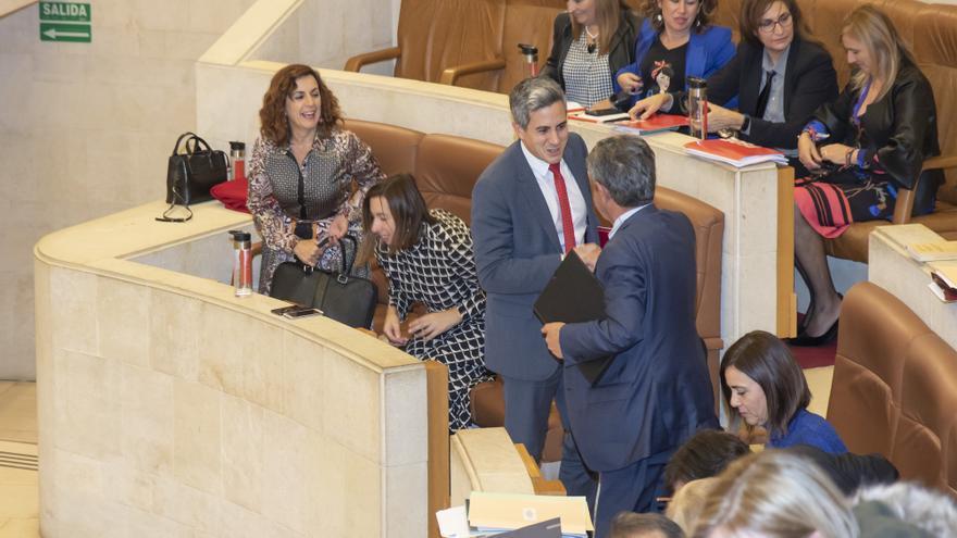 Pablo Zuloaga (PSOE) y Miguel Ángel Revilla (PRC) se felicitan tras aprobar los presupuestos de Cantabria.