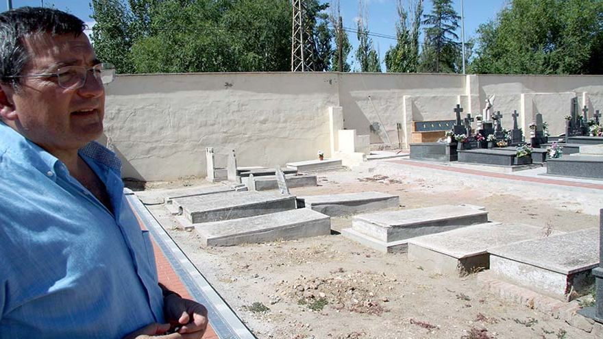 Manuel Ibáñez, autor de la investigación sobre las tumbas de víctimas del franquismo en Alcalá de Henares, en el cementerio de la ciudad complutense. | ARMHADH