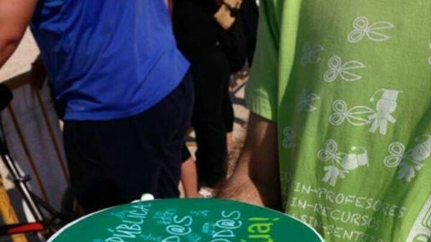 Docentes interinos de AIDMUR durante una protesta