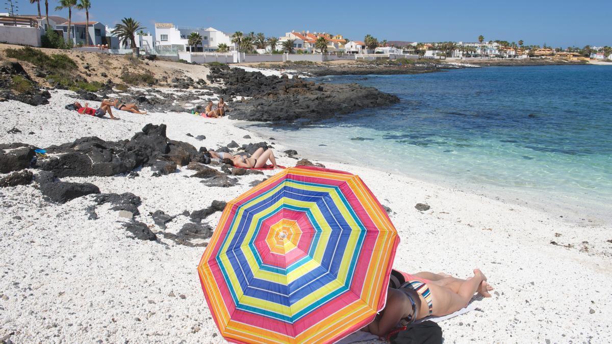 Día de playa en la localidad de Corralejo, en el norte de Fuerteventura, en Canarias. EFE/Carlos de Saá/Archivo