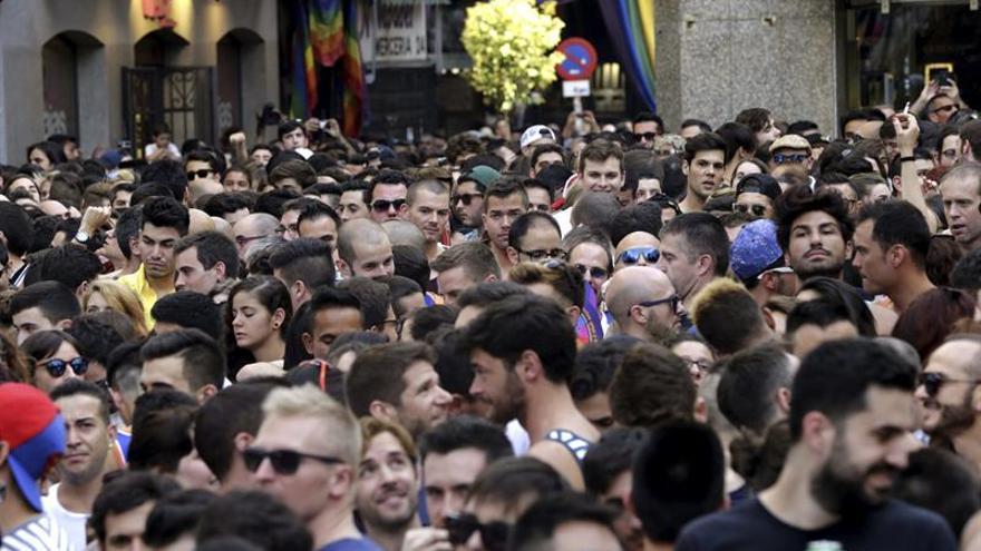 El juez deja en libertad a tres neonazis imputados por escupir a pareja homosexual