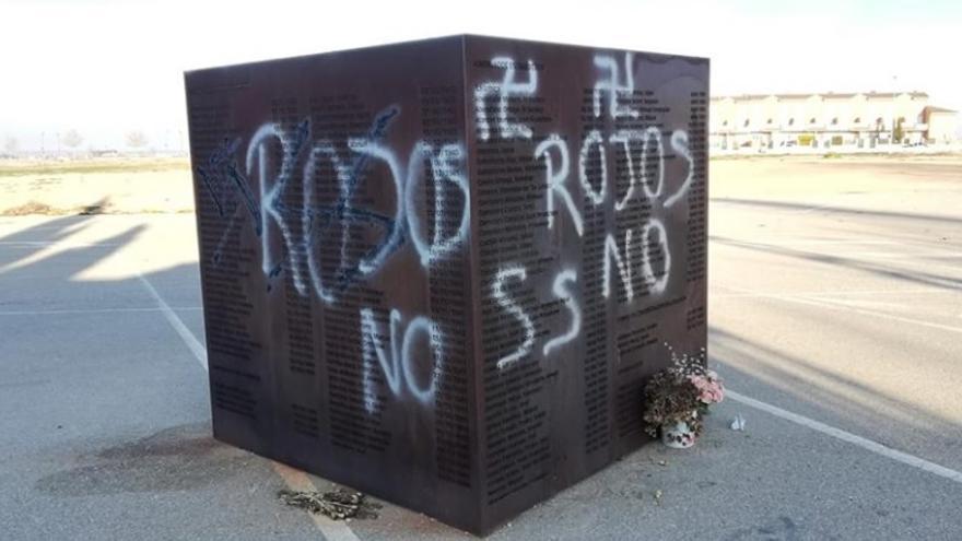 Pintadas en el monumento a los represaliados por el franquismo en Villarrobledo (Albacete)