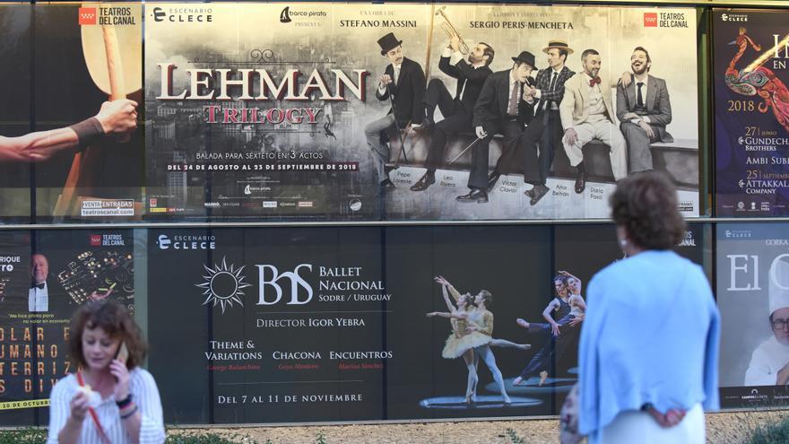 Una persona contempla el cartel de la obra 'Lehman Trilogy' en los Teatros del Canal de Madrid