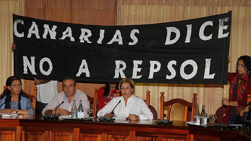 Asistentes al pleno del Cabildo de Lanzarote despliegan una pancarta contra las prospecciones. (De la Cruz/Diario de Lanzarote).