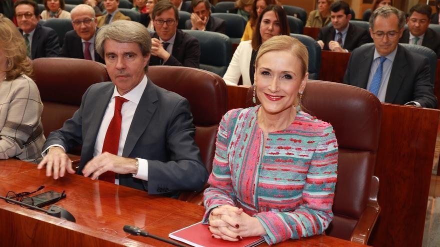 Aplauso cerrado del Grupo Popular a Cristina Cifuentes a su llegada al Pleno extraordinario de su máster