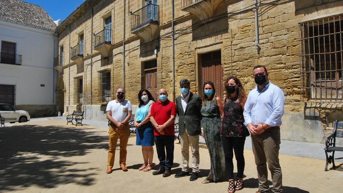 Representantes de la Corporación y el cronista posan ante el palacio