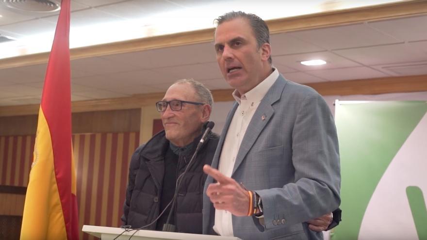 """El secretario general de Vox, Javier Ortega-Smith, junto a un hombre al que Vox presenta como """"víctima de un atraco""""."""