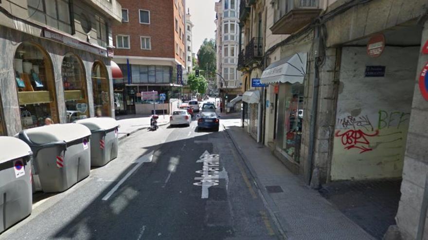 La calle Cervantes es una de las arterias principales que conecta el norte y sur de Santander.