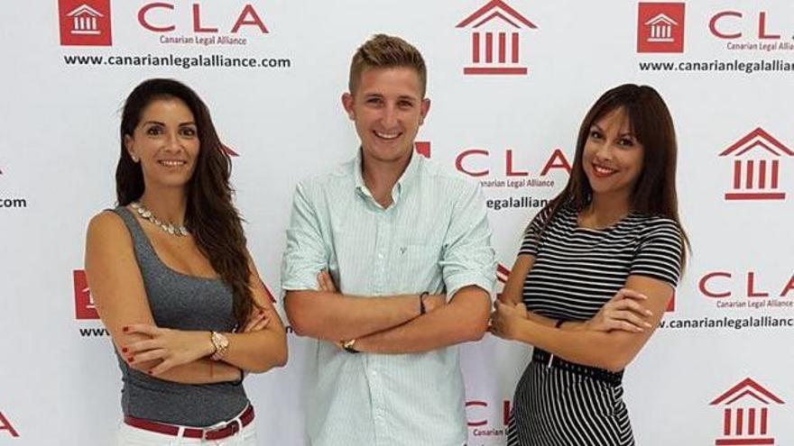 De izquierda a derecha, la abogada Eva Gutiérrez Espinosa, el asesor Jake Kaiser y la abogada Cristina Batista Suárez