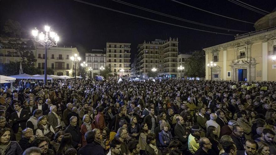 Instituciones y entidades cívicas condenan en Valencia los atentados de París
